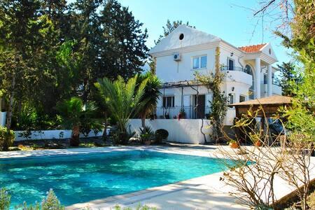 Bellapais villa surrounded by green trees sleeps up to 7 pax - Bellapais - Villa