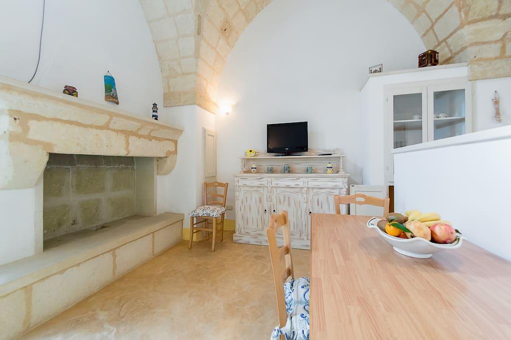 Ampia Zona pranzo e Angolo cottura con comodo divano