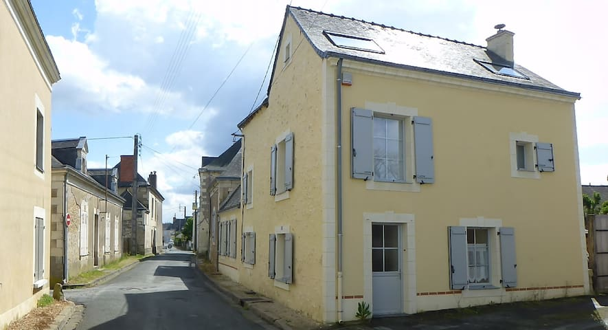 Grande maison ancienne à la campagne - Seiches-sur-le-Loir - Huis