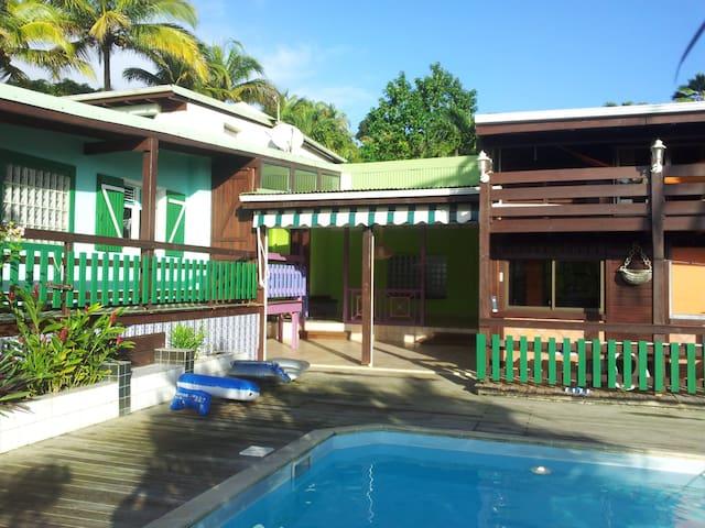 Grande chambre dans villa avec piscine