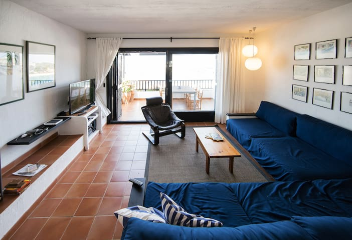 1-Living room with terrace in the background/  Salón con terraza al fondo/  Salon avec terrasse en arrière-plan /