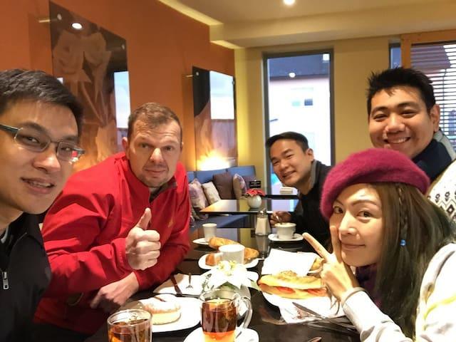 Gemeinsames Frühstück mit unseren asiatischen Gästen