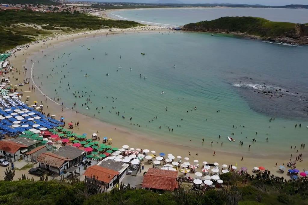 Foto tirada com um drone da Praia das Conchas. Mais a frente é Praia do Peró
