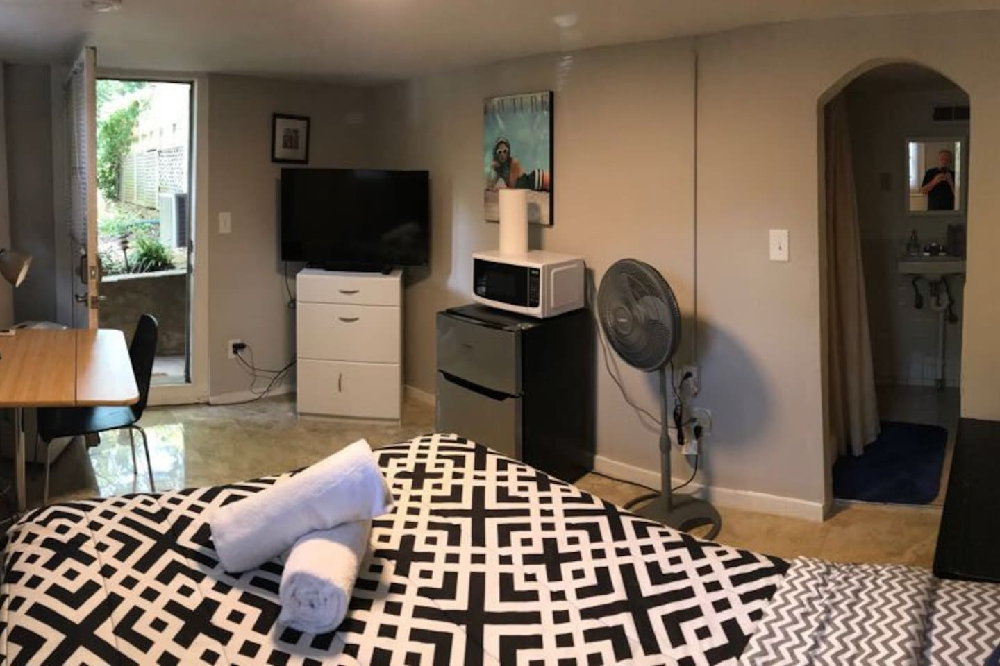 Studio with full bed, fresh linens/towels, flat screen TV, refridgerator and desk