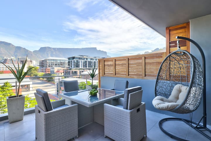 Delicious Decor & Panoramic Table Mountain Vistas