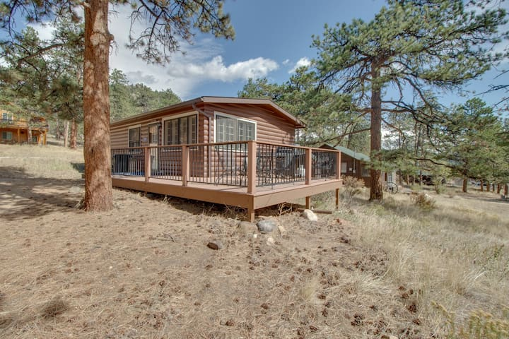 Ideal vacation home w/wraparound deck & Rocky Mountain view
