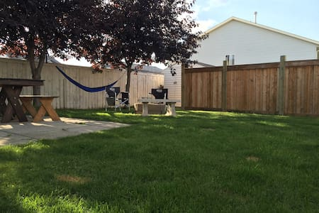 A chill space to call home for your stay! - Grande Prairie - Haus