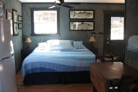 Romantic cabin on farm w/Hot Tub - Sparta