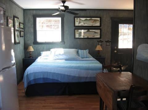 Romantic cabin on farm w/Hot Tub