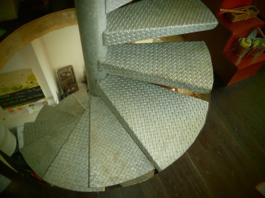 escalier en colimasson façon loft - plafond béton