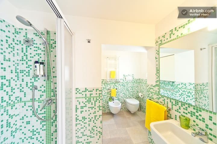 The bathroom, fully equipped - Il bagno, completo di tutto