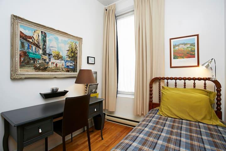 Chambre à coucher avec bureau / Bedroom with desk