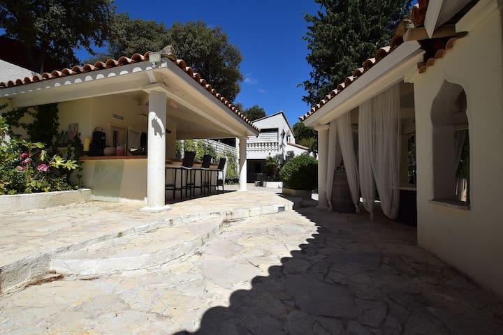Côté grande Terrasse avec Kiosques et vue sur la Villa au fond.