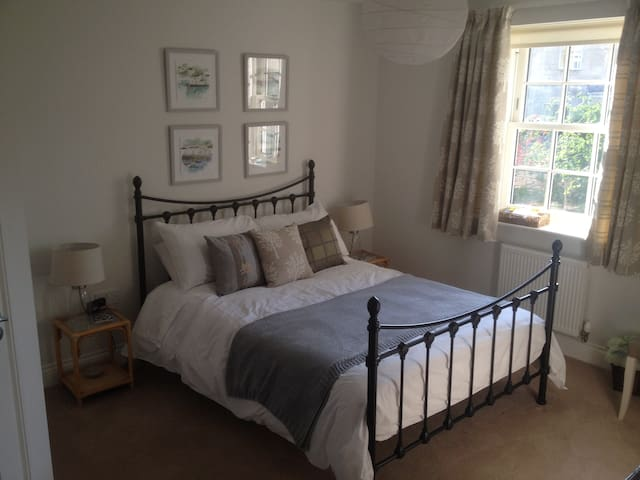 Spacious ensuite double room 20 minutes from Bath.