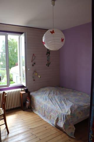 Chambre. (vu de cette chambre) Selon la présence de ma famille, chambre séjour en 1, chambre 2 (celle-ci)