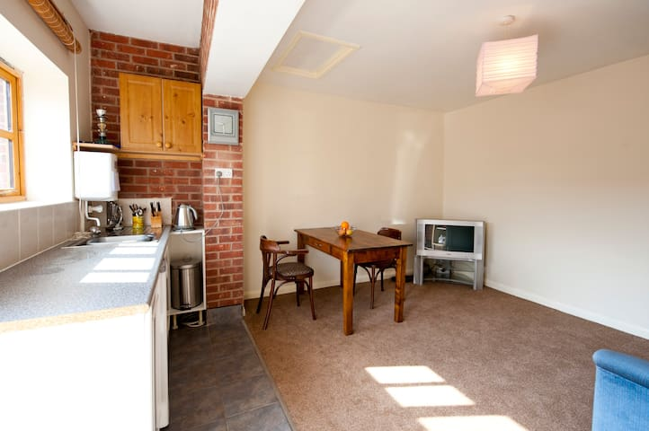 Self contained 1 bed apartment - buntingthorpe - Flat