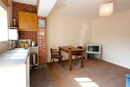 Self contained 1 bed apartment - buntingthorpe