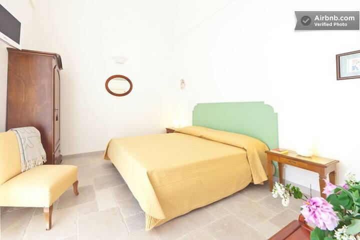 The double bed - Il letto matrimoniale