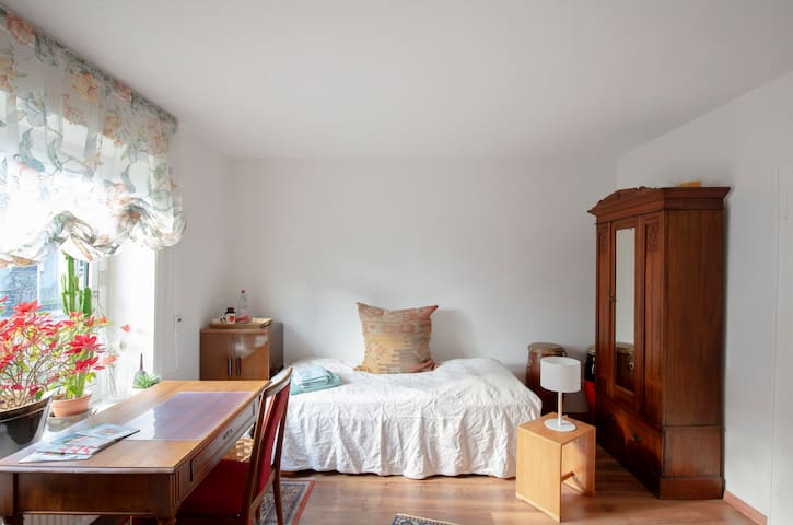 Großes Zimmer mit eigenem Bad, ruhige Lage