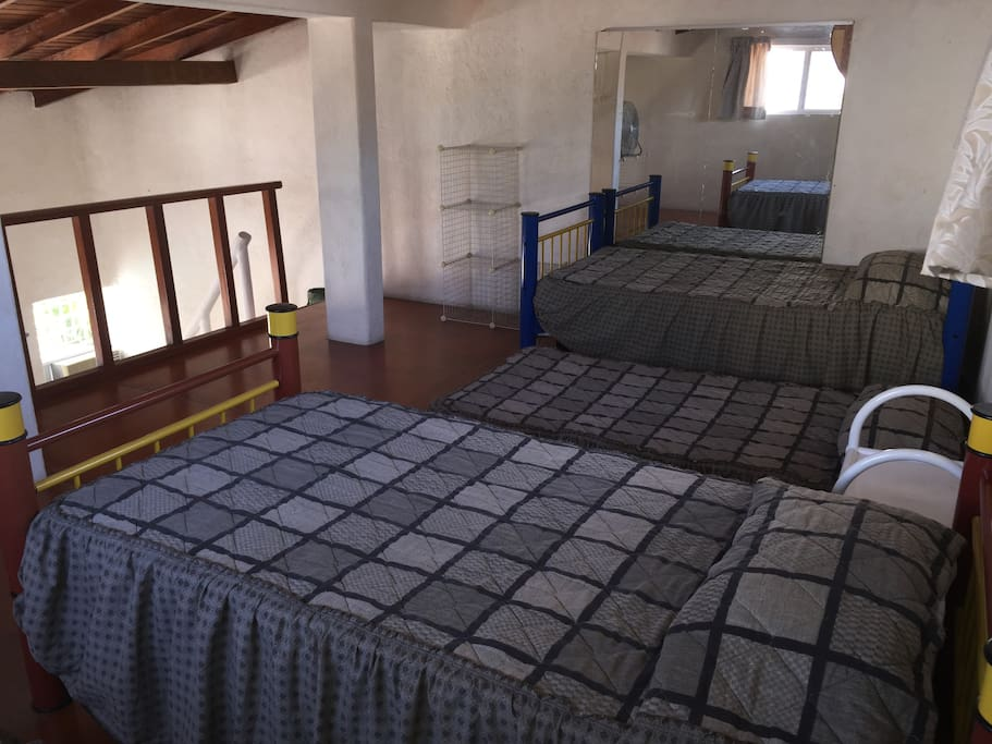 Tapanco con 4 camas individuales y una cama para niño