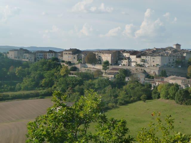 Studio renové dans village médiéval - Castelnau-de-Montmiral