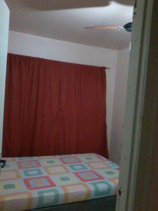 1 cama de casal, 1 colchão no chão, ventilador teto, penteados, e banheiro
