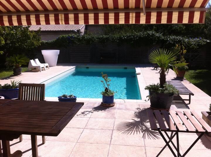 chambres dans maison de ville avec piscine