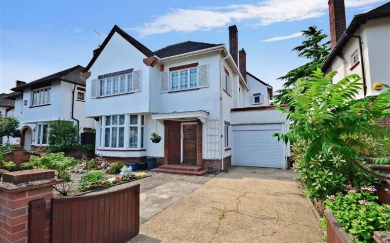 Lovely big house with vintage features - Ilford - House
