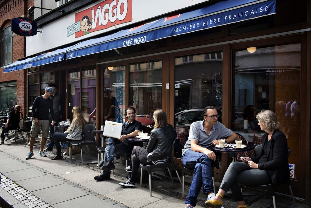 There is a great variety of cafés and dining places in værnedamsvej. Here you see Café Viggo, which has been and still is a very kitsch place for the last two decades.