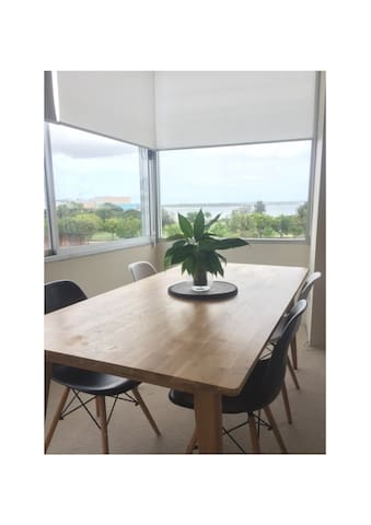 Light and Large 2 Bedroom Apartment with Views - Sandringham - Apartment