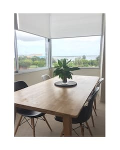 Light and Large 2 Bedroom Apartment with Views - Sandringham - Daire
