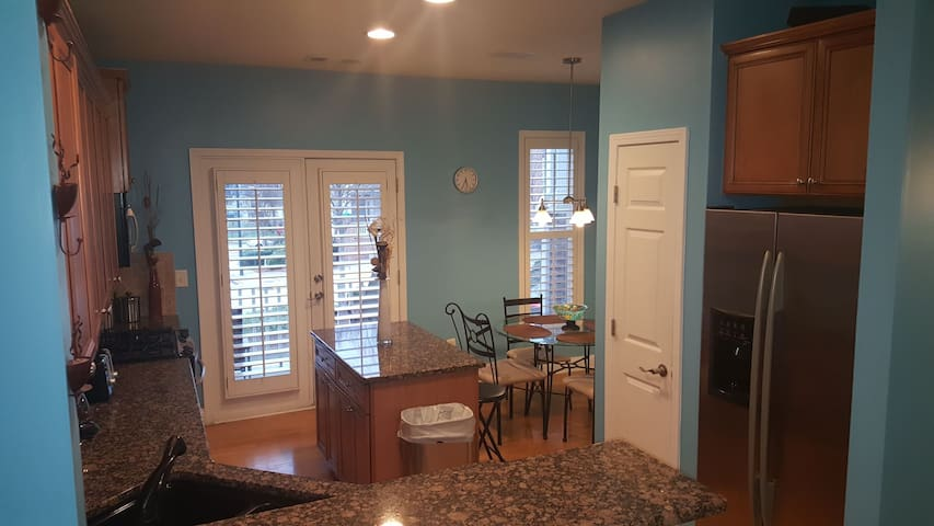 3 BR 3.5 Bath Midtown Home Close to EVERYTHING