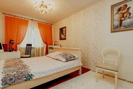 Spacious room with picture of Paris - 葉卡捷琳堡