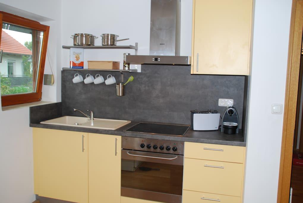 Küchenzeile mit kompletter Ausstatung