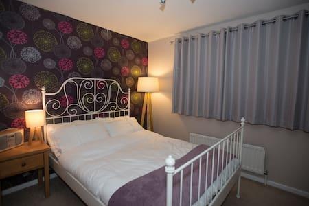 En-suite double bedroom in quiet village. - Hempstead