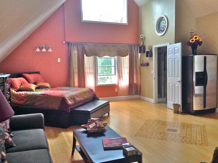Cozy, private, studio apartment in the woods