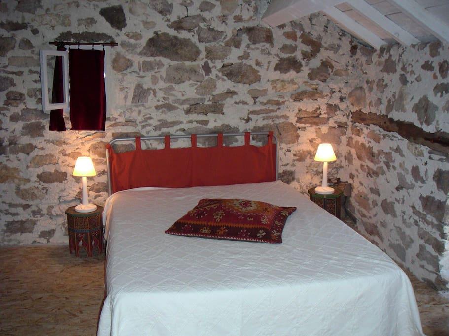La chambre à l'étage (2 lits-tiroirs de 90cm+ 1 lit de 140cm) +sdo