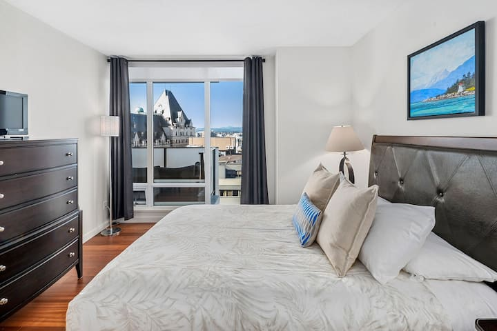 Spacious Executive Suite with Harbour Views and Secure Parking