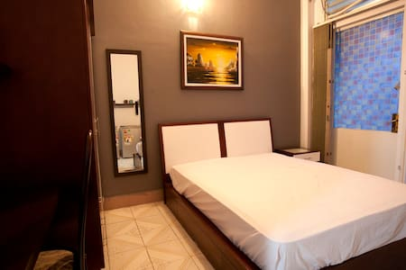 Just 1 (one) minute walk-100 meters to Ben Thanh market, central bus station, and Pham Ngu Lao (backpacker street) Ground floor is a little coffee shop. There's a shared kitchen for you to cook your favorites, and a shared open roof top for bbq