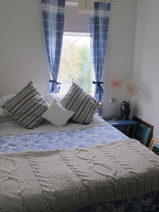 Small double in Julie's quirky home - Stamford - Dům