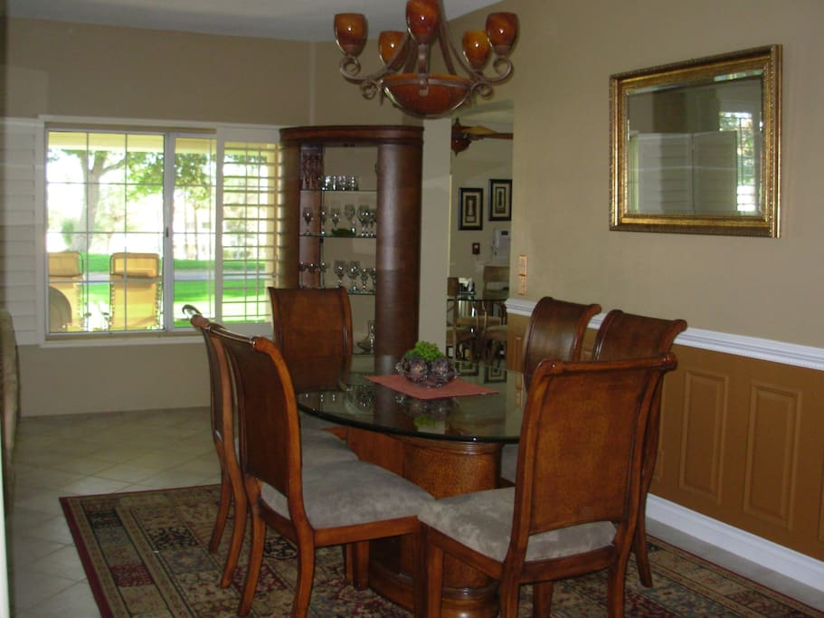 Choose your favourite dining area: the formal room, the kitchen nook or al fresco on the patio.