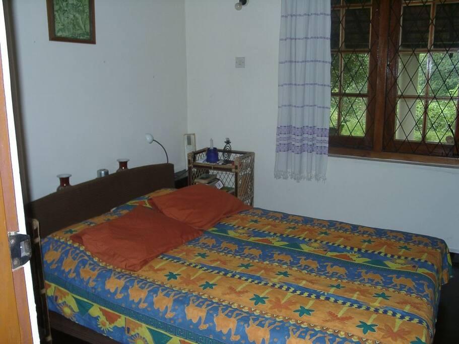 Schönes Schlafzimmer mit konfortablen Matratzen