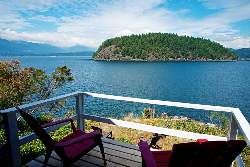 The Waterfront Cottage with the west facing Seaside deck gives you great Sea views of nature.