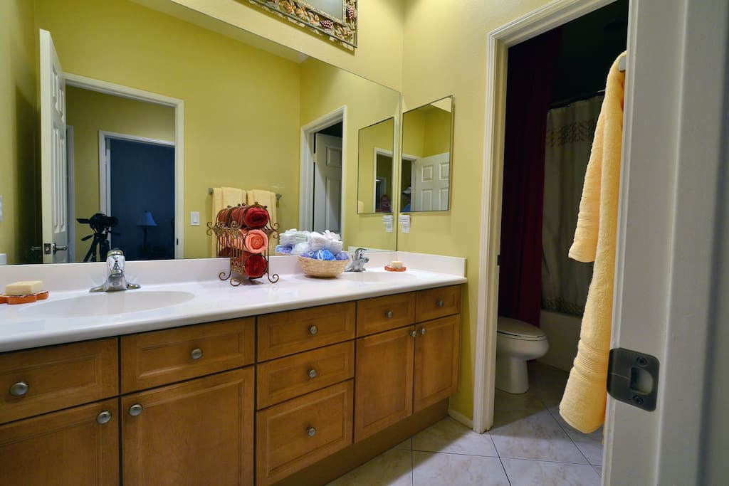 shared bath for two twin rooms