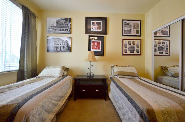 Twin beds/shared bath/Indio house/pool/spa/bbq