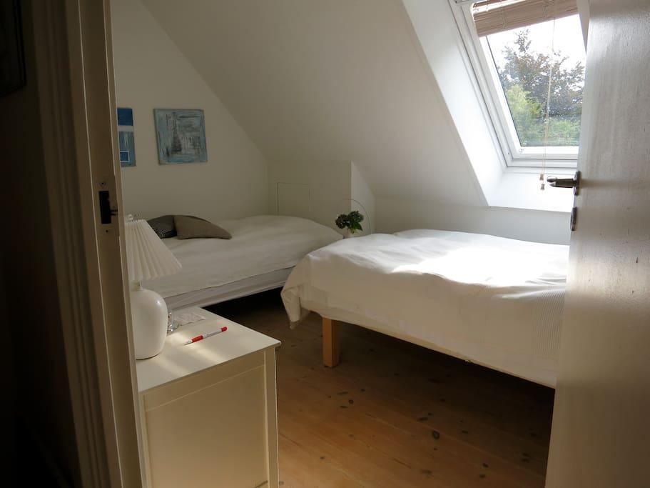 Det ene værelse med 2 senge; 90 cm og 120 cm, one room with a bed of 90 cm and a bed of 120 cm