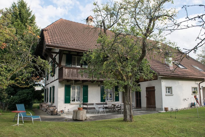 Two bedrooms in Swiss house (B&B) - Sutz-Lattrigen - Szoba reggelivel