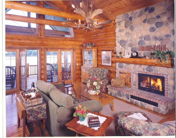 Grandview Lakeside Lodge 7 bedrooms slps up to 24 - Wautoma - Casa