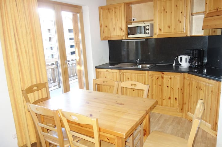 2 Bedroom apartment for 6 people 42m², situated on the piste and 150m from the resort's shops and restaurants.