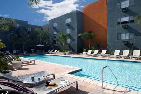 Hollywood HOTSPOT-2 Rooms- Walkable